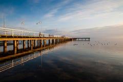 Solnedgång över en träpir Fotografering för Bildbyråer