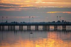 Solnedgång över en träpir royaltyfri fotografi