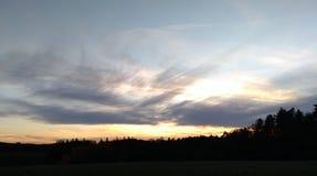 Solnedgång över ett lantligt landskap royaltyfri foto
