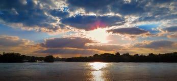 Solnedgång över ett vatten Fotografering för Bildbyråer