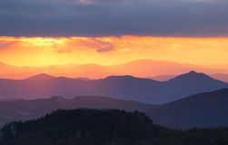 Solnedgång över färgbergkontur Royaltyfri Fotografi