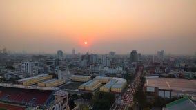 Solnedgång över förorenad stad Arkivbilder