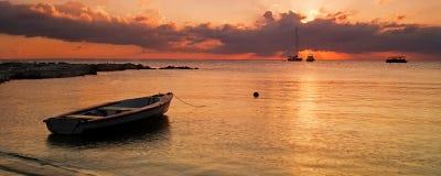 Solnedgång över fartyg royaltyfri fotografi