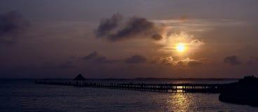 Solnedgång över fjärdpanorama Arkivfoton