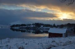 Solnedgång över fjorden Arkivfoton