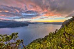 Solnedgång över fjorden runt om Vestnes i Norge i HDR royaltyfri fotografi