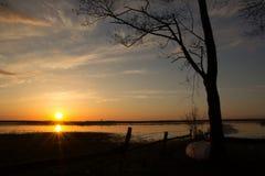 Solnedgång över floden Royaltyfri Fotografi