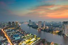 Solnedgång över floden som buktas i den Bangkok staden Royaltyfria Foton