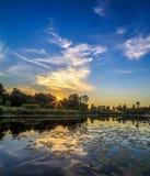 Solnedgång över floden, sommarafton Arkivfoto