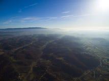 Solnedgång över gröna kullar Royaltyfri Foto