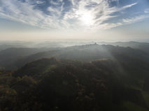 Solnedgång över gröna kullar arkivfoto