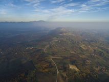 Solnedgång över gröna kullar Arkivbild