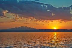 Solnedgång över Grekland, vågor från färjan, och Arkivfoton