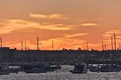 Solnedgång över hamnön Royaltyfri Bild