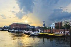Solnedgång över hamn Arkivbild