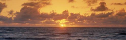 Solnedgång över hav Arkivfoto