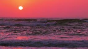 Solnedgång över havbränning långsam rörelse