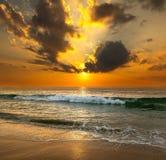 Solnedgång över havet Arkivbilder