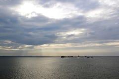 Solnedgång över havet, de lilla öarna och skeppet som bort seglar royaltyfri bild