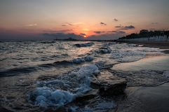 Solnedgång över havet i den turkiska sidan Arkivfoton