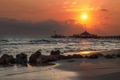 Solnedgång över havet i den turkiska sidan arkivfoto
