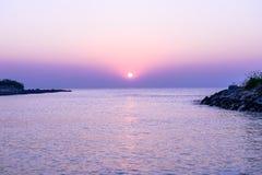 Solnedgång över havet i den violetta färgen Royaltyfria Bilder