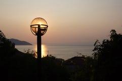 Solnedgång över havet med den ljusa kulan över solen Royaltyfri Fotografi