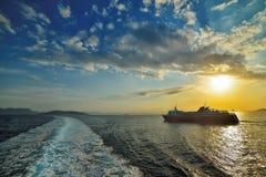 Solnedgång över havet på färjan i Grekland Royaltyfri Bild