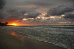 Solnedgång över havet, sol, vågor, strand arkivbild