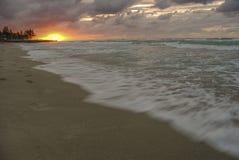 Solnedgång över havet, sol, vågor, strand royaltyfri foto