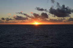 Solnedgång över havet till och med moln Fotografering för Bildbyråer