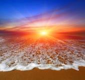 Solnedgång över havstrand Arkivbild