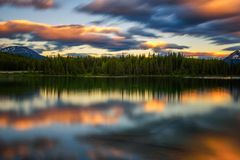 Solnedgång över Herbert Lake i den Banff nationalparken, Alberta, Kanada Arkivfoton