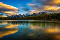Solnedgång över Herbert Lake i den Banff nationalparken, Alberta, Kanada Royaltyfri Fotografi