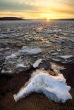 Solnedgång över hjort iskall kust för sjö royaltyfria bilder