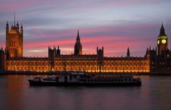 Solnedgång över husen av parlamentet Arkivbild