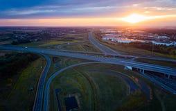 Solnedgång över huvudvägföreningspunkten och den industriella zonen Royaltyfria Foton