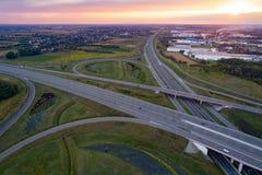 Solnedgång över huvudvägföreningspunkten och den industriella zonen Royaltyfri Foto
