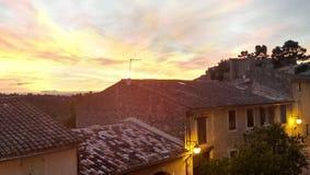 Solnedgång över by i Provence royaltyfria bilder