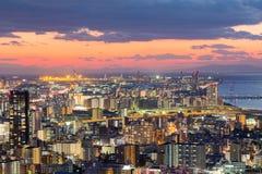 Solnedgång över i stadens centrum flyg- sikt för Osaka stad Arkivbilder