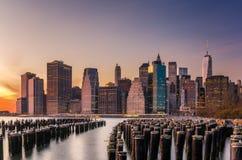 Solnedgång över i stadens centrum Manhattan Arkivbild