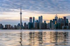 Solnedgång över i stadens centrum Toronto fotografering för bildbyråer