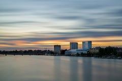 Solnedgång över i stadens centrum Umea, Sverige Arkivfoto