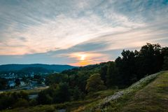 Solnedgång över Indiana Pennsylvania från helgonet Bernard Church Royaltyfria Foton