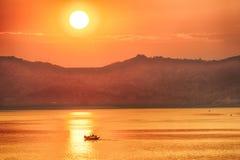 Solnedgång över Irrawaddy arkivbild