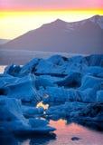 Solnedgång över isberg Arkivfoton