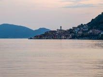 Solnedgång över Iseo sjön i italienska fjällängar, ön och stad av Mo royaltyfria foton