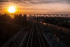 Solnedgång över järnvägen Arkivbilder