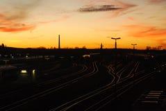 Solnedgång över järnvägspår Arkivbilder