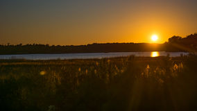 Solnedgång över James River i historiska Virginia arkivbild